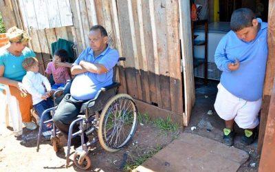 Argentina – Tiene una rara enfermedad, y lo cuida su abuelo discapacitado